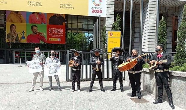 """Protesta MIR frente a Sanidad: """"No hemos empezado y ya estamos quemados"""""""