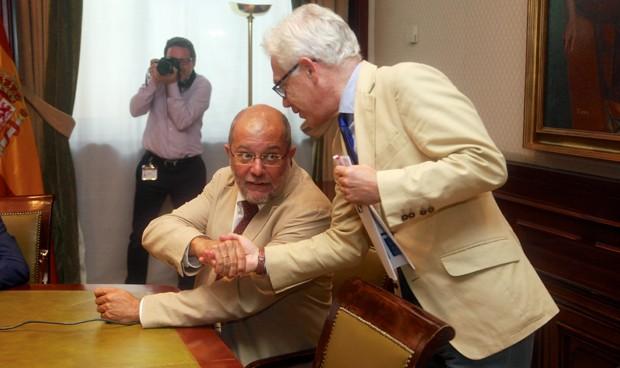 Francisco Igea, portavoz de Sanidad de C's, y Jesús María Fernández, portavoz de Sanidad del PSOE, se saludan antes de un acto en el Congreso