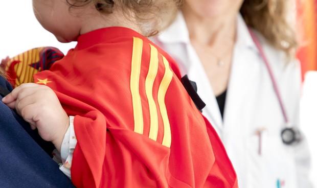 Quirónsalud cambia batas por camisetas de equipos de fútbol en Pediatría