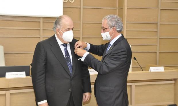 Ricardo De Lorenzo recibe la Medalla de Oro de los médicos gallegos