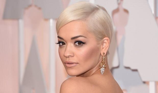 Multan a la cantante Rita Ora por saltarse el confinamiento para celebrar su cumpleaños
