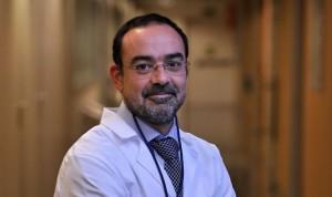 Ruber Juan Bravo usa la acupuntura para tratar a pacientes oncológicos