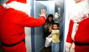 Sánchez Martos acompaña a un Papá Noel motorizado a repartir regalos