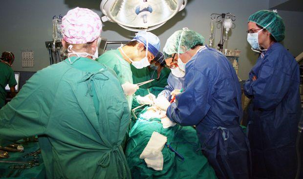 Sanidad decide pagar a los médicos 309 euros por las operaciones de tarde