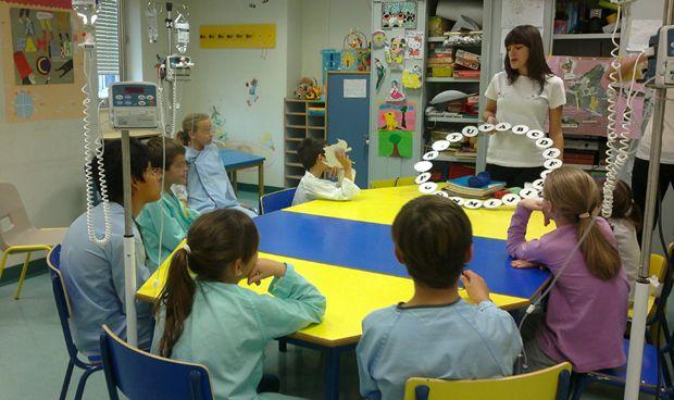 """Ser profesor en el hospital: """"Damos clase a los niños a pie de cama"""""""