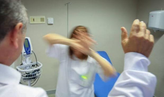 Siembra el pánico en Urgencias al amenazar a los médicos con un martillo