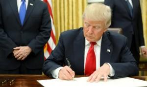 Trump cumple su palabra y firma la primera orden contra el 'Obamacare'