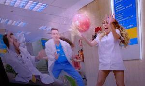 """Twitter arde contra TVE por sus enfermeras sin pantalones: """"Cavernícolas"""""""