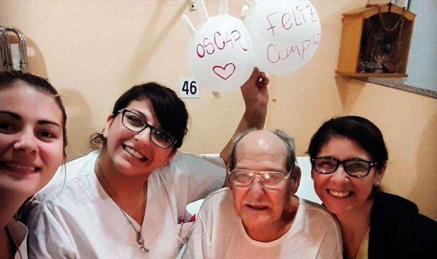 Un anciano acude al hospital para no pasar su 84 cumpleaños solo