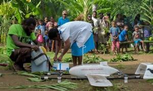 Un bebé de una pequeña isla recibe la primera vacuna enviada por un dron