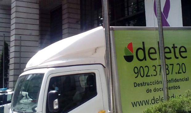 Un camión para destruir documentos aparca en la puerta de Sanidad