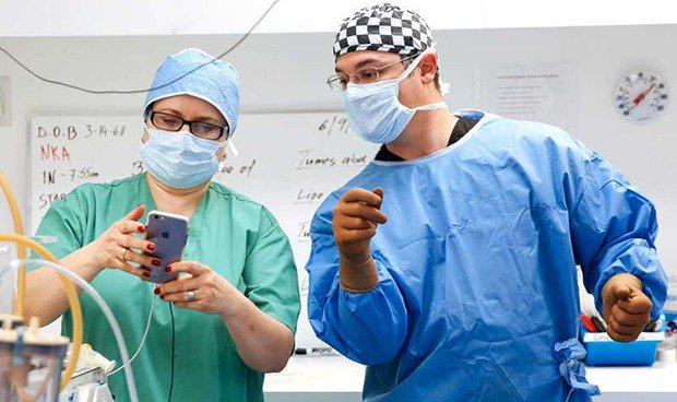 Un cirujano retransmite en directo una operación en Snapchat