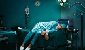 Un cirujano termina  dormido en el suelo tras una guardia de 28 horas