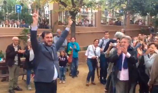 Un Comín enfervorecido jalea a las masas tras votar la independencia