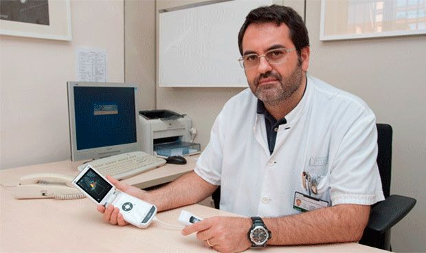 Un ecógrafo 'de bolsillo' en AP detecta precozmente el riesgo aneurisma