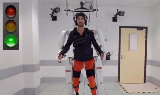 Un exoesqueleto controlado por el cerebro permite a tetrapléjicos moverse