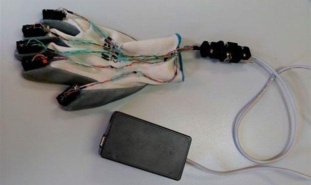 Un guante vibrotáctil ayuda a personas sordociegas a comunicarse