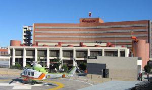 Un hombre amenaza con una navaja en el cuello a un auxiliar de Enfermería