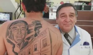 Un hombre se tatúa la cara del médico y del hospital que salvaron su vida