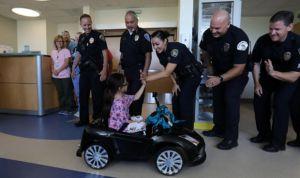 Un hospital usa coches de 'lujo' para que los niños no teman el quirófano