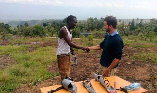 Un ingeniero diseña brazos con una impresora 3D para personas en Kenia