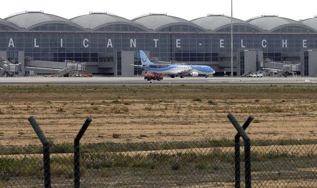 Un enfermero salva la vida a una pasajera en pleno vuelo a Alicante