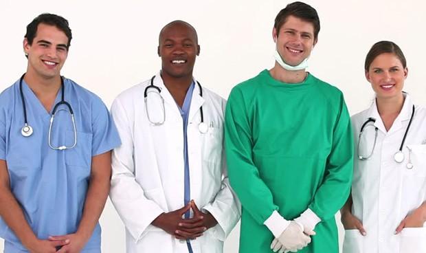 Un médico blanco cobra el doble que una doctora negra