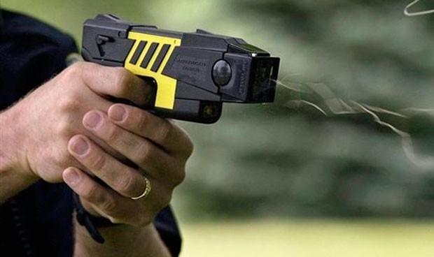 Un médico propone usar pistolas eléctricas para reducir a enfermos mentales