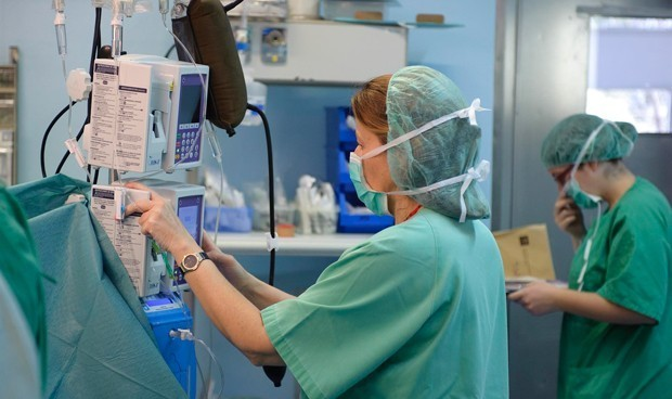 Un médico y una enfermera, primeros sanitarios españoles con coronavirus