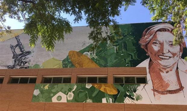 Un mural reconoce la labor científica de la oncóloga Ana Lluch