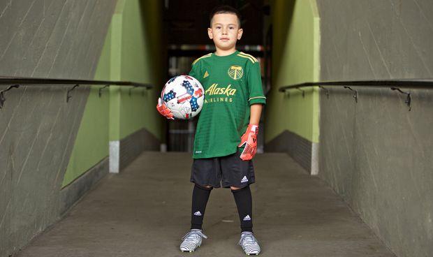 Un niño con tumor cerebral 'ficha' por el equipo de fútbol de su vida