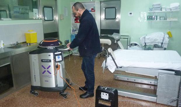 Un robot desinfecta quirófanos con una luz más intensa que la solar