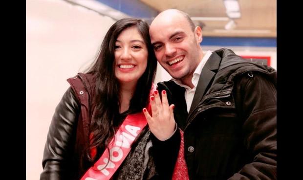 Una boda viral gracias al MIR: pedida de mano a una médica en el metro