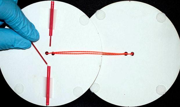 Una centrifugadora de papel y cuerda detecta la malaria en sangre