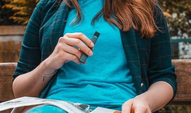 Cigarro electrónico: Alarma porque Twitter lo acerca al fumador adolescente