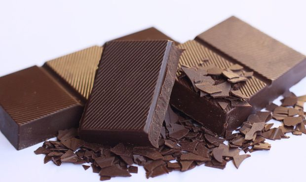 Una dosis diaria de almendras y chocolate mejora la salud coronaria