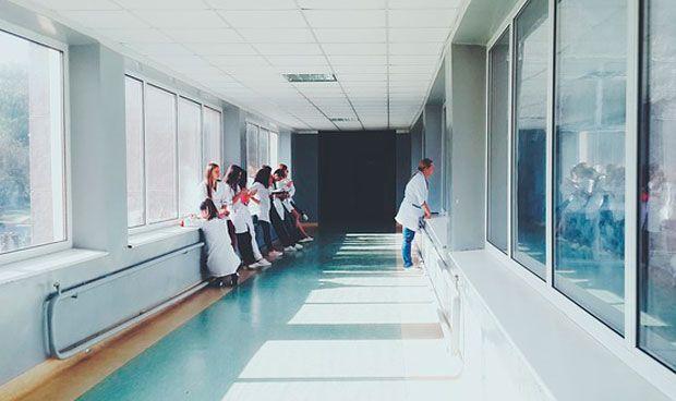 """Una enfermera a pacientes agresores: """"O te aguantas o estudias Medicina"""""""