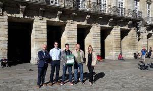 Esteve instala 6 desfibriladores en Santiago de Compostela