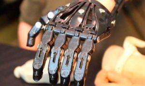 Una mano protésica 've' los objetos y permite agarrarlos automáticamente