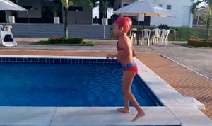 Una niña con parálisis en la piscina, ejemplo de superación para el mundo