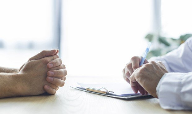 """Una nota para que los pacientes """"comprendan 2 horas de retraso"""" en consulta"""