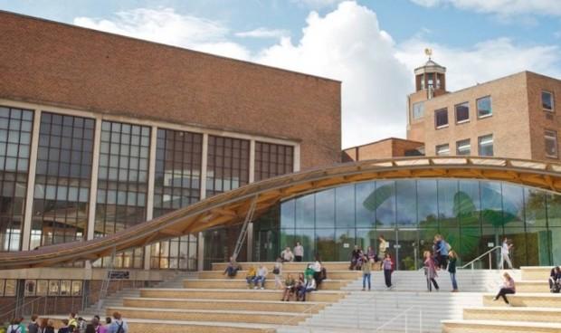 Una universidad ofrece 11.700 euros por empezar a estudiar Medicina en 2022