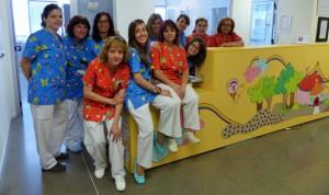 Uniformes estampados para humanizar el área de pediatría del Infanta Leonor
