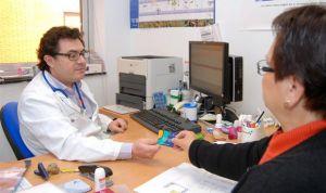 Uno de cada 10 españoles se siente incómodo si su médico es extranjero