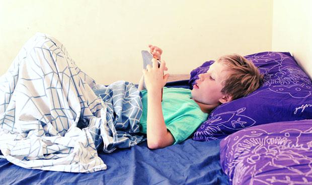 Usar el móvil antes de dormir duplica la falta de sueño en niños