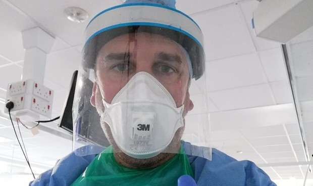 El enfermero español vacunado contra el Covid da positivo