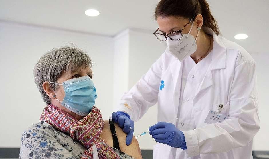 Vacunar sin medidas de distancia social puede alargar la pandemia 7 años