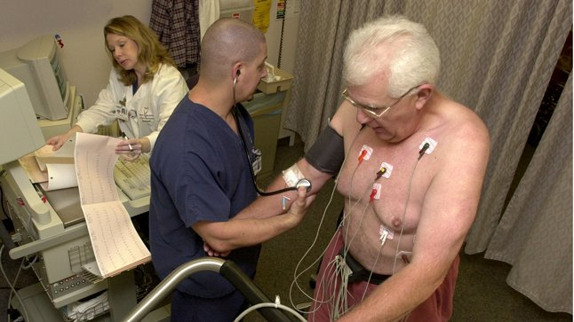 ¿Cuándo se solicita un ecocardiograma de estrés?